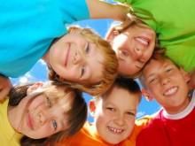 Дети стоят в кругу обнявшись