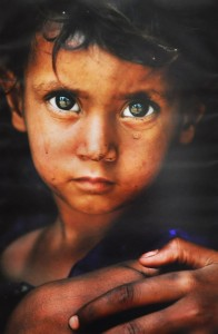 Амі Вітале. Кашмір, Індія, 2004. Дворічний Шума Бібі в таборі біженців