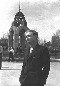Борис Слуцкий в послевоенном Харькове (Фотография из архива С.Лихтарёвой)
