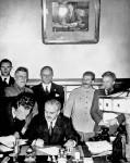 Молотов и Риббентроп подписывают договор о ненападении
