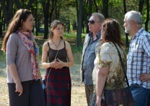 Светлана Рыжикова (слева) рассказывает об истории этого места